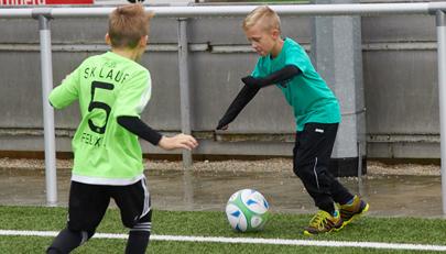 Kinderfußball bei Wind und Wetter: von Schlammschlachten und Regengüssen